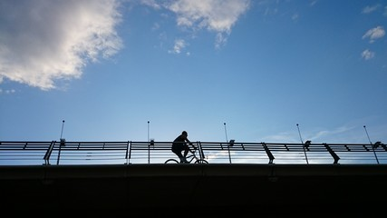 Bicicleta cruzando puente