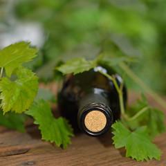 bottiglia di vino su vecchio tavolo