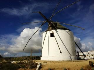 Windmühle in Andalusien im Wolkenmeer
