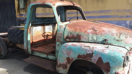 Sombra de volante en auto antiguo.