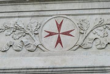 Croce di Malta, dettaglio scultura su marmo, Pisa