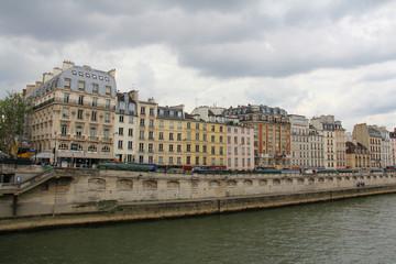 Immeubles parisiens au bord de la Seine