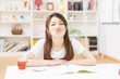 家計簿を書く女性