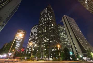[東京都市風景]ビルの明かりが輝く新宿高層ビル街を見上げる
