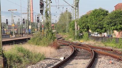 Dieselzug fährt ein, zeitraffer