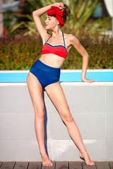 Девушка стоит в красивом купальнике