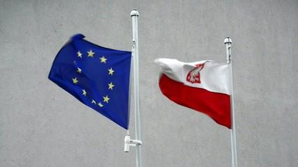 Fahnen von der EU und Polen