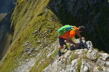 Klettern am steilen Berg