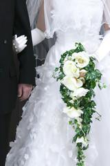 腕を組む花嫁と父親