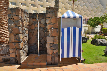ducha y caseta de madera azul y blanco