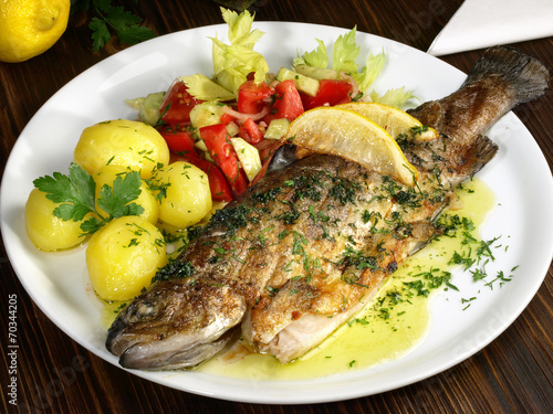 Fotobehang Vis Forelle gebraten - mit Salzkartoffeln und Salat