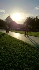 Niña patinando y niño con bicicleta