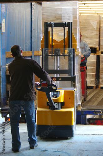 transport logistique - déchargement de camion - 70349808