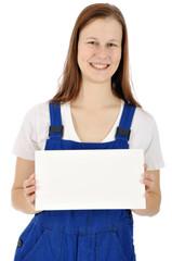 Handwerker hält Schild mit Textfreiraum