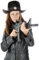 Frau in Sheriff Uniform zielt mit Gewehr