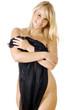 Frau verdeckt Körper mit transparentem Tuch