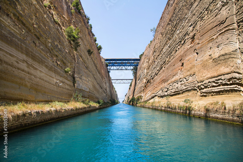 Foto op Plexiglas Kanaal Mit dem Segelboot durch den Kanal von Korinth
