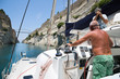 Segler fahren mit dem Schiff durch den Kanal von Korinth