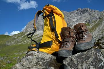 Rucksack und Bergstiefel bei Bergwanderung