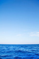 Blaues Meer mit Himmel und Horizont als Hintergrund