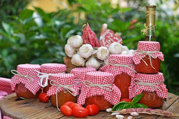 conserva di pomodoro vasi in esterno