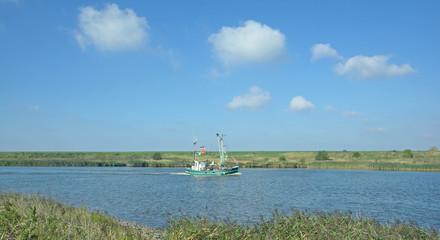 einlaufender Krabbenkutter bei Greetsiel in Ostfriesland