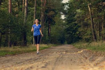 Athletische Frau beim Joggen