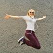 Mädchen springt vor Freude in die Luft