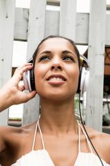 Dunkle Schönheit beim Musik hören