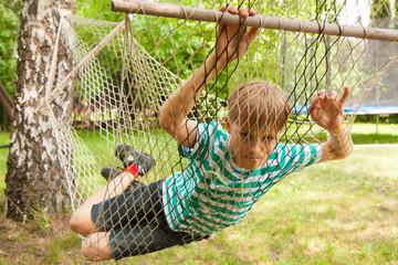 młody chłopiec podczas zabawy w ogrodzie