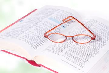 Lesebrille auf einem Buch