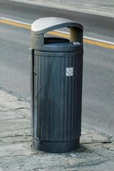 Cestino spazzatura urbano, isolato
