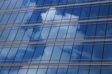 La Défense : reflet d'un ciel nuageux dans le verre et l'acier