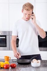 Man preparing scrambled eggs