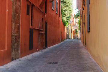 Strada centro storico, vicolo muro arancione e giallo, Pisa