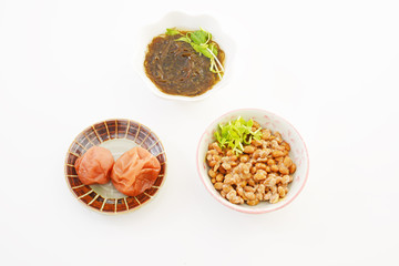 小皿に入れた納豆とモズクと梅干し