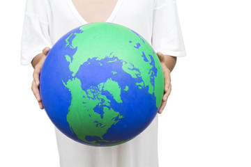 白バックの手に持った地球の模型
