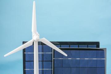 青背景のソーラーパネルと風力発電の模型