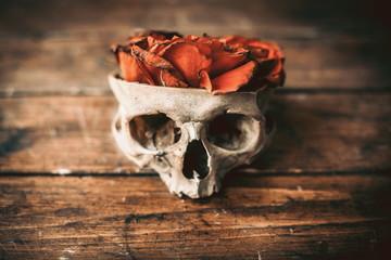 Череп с розами на столе