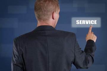 Mann drückt Service-Taste