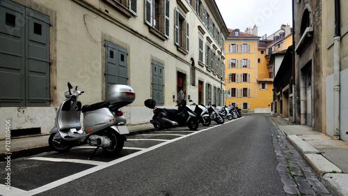 Foto op Canvas Scooter Мопеды на улице города