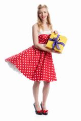 Junge Frau zeigt ein Geschenk