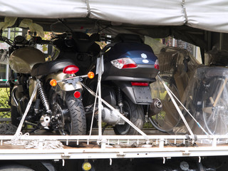 オートバイを積載したトラック