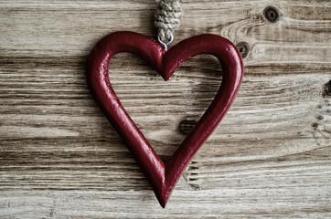 Herz, rot, auf Holz