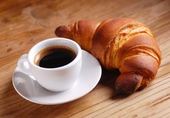 tazza di caffè espresso con brioche