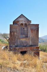 Церковь 10 века в древнем монастыре Тсахацкар в горах Армении