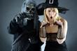 Zombie und Hexe erschrecken zu Halloween