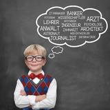 Schulkind denkt über Berufswunsch nach