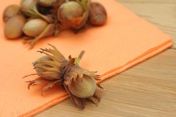 nocciole su tavolo di legno
