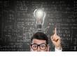Mann mit Idee vor Tafel mit Formeln